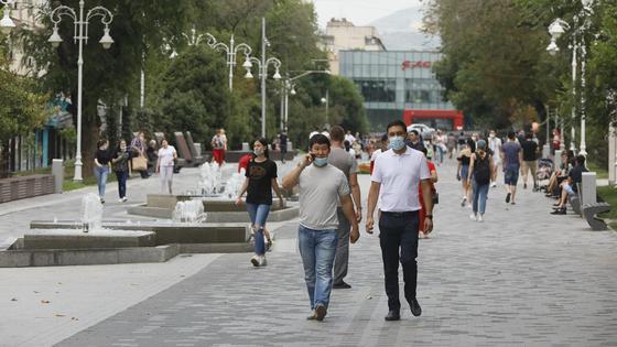 Мужчины в масках идут по улице
