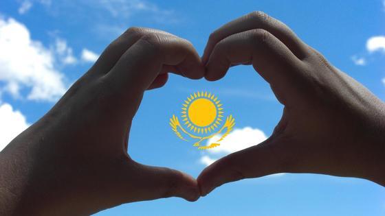 Флаг Казахстана на фоне неба