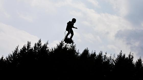 Человек летит над деревьями