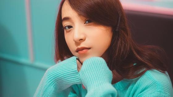 Девушка в бирюзовом свитере