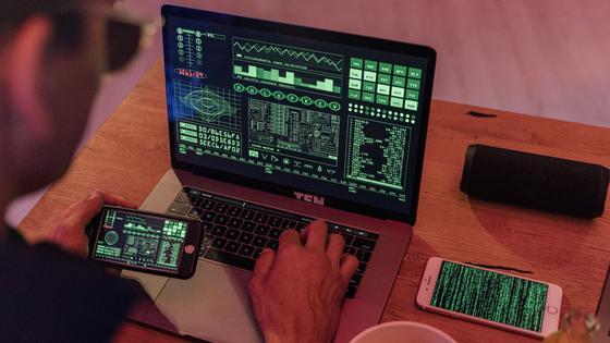 Хакер взламывает систему