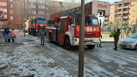 Пожарная машина стоит во дворе жилого дома