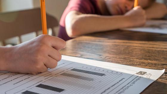 Дети пишут карандашом в рабочей тетради