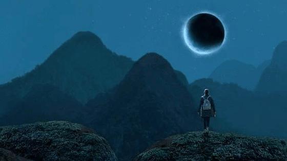 человек смотрит на луну