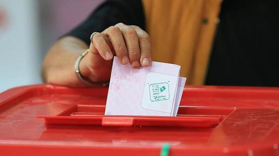 женщина голосует