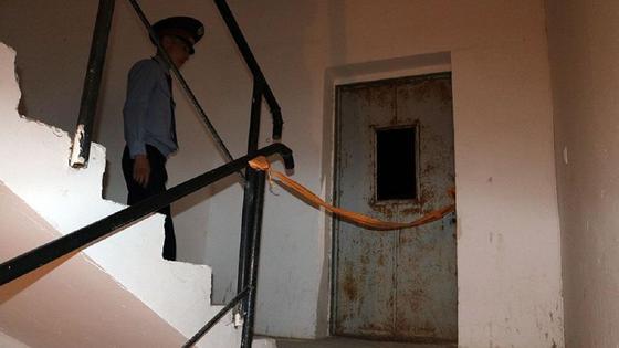 Полицейский проходит возле лифта в Атырау