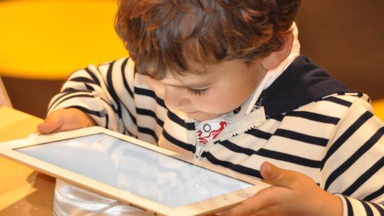 Ребенок держит планшет