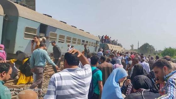 Толпа людей около перевернувшегося вагона