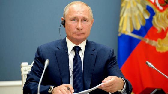 Владимир Путин сидит за столом