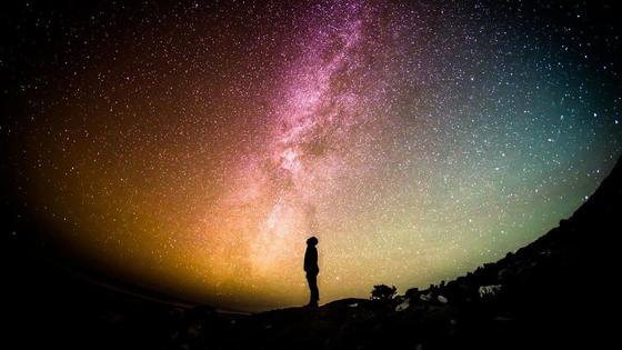 Человек смотрит на звездное небо