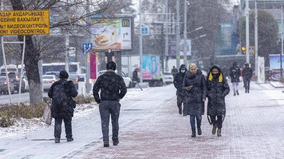Люди идут по улице зимой