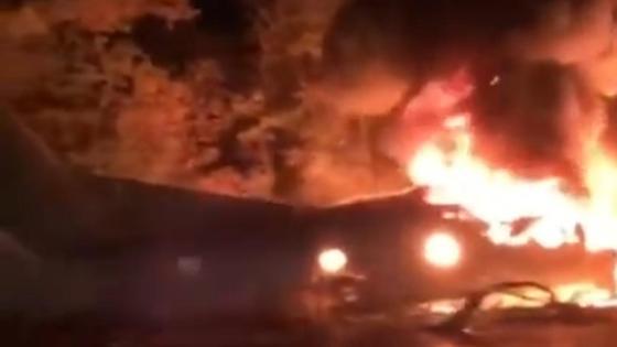 Обломки самолета горят