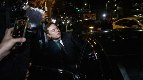 Илон Маск выходит из машины