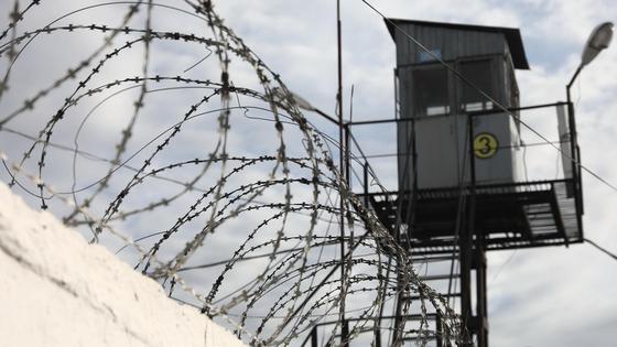 смотровая вышка возле забора тюрьмы