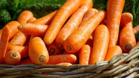 Морковь лежит в корзине