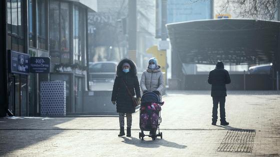 Люди ходят по улице