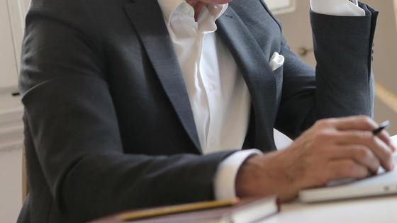 Мужчина в костюме за компьютером
