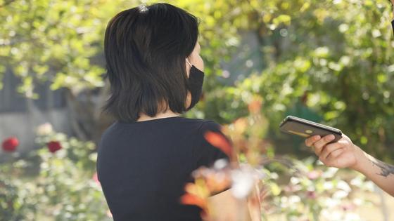 Девушка стоит в саду