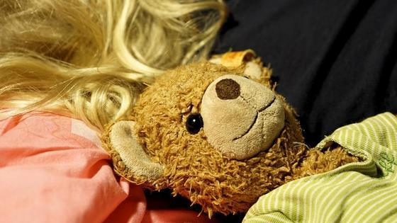 Девочка спит с плюшевым мишкой