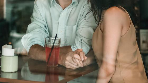 Мужчина с женщиной сидят за столом