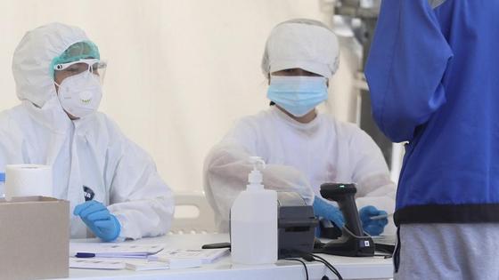 Работники лаборатории берут анализ на коронавирус