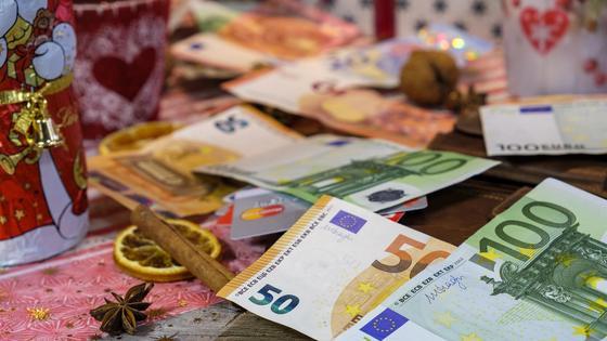 Деньги лежат среди рождественской атрибутики