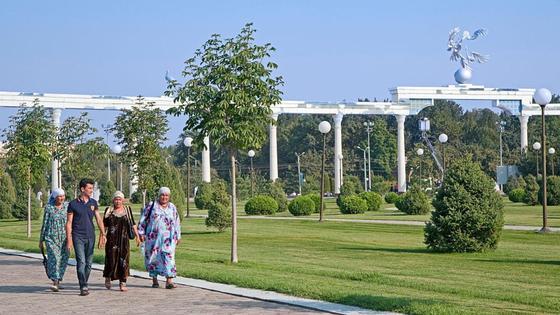 Люди прогуливаются по улицам Ташкента