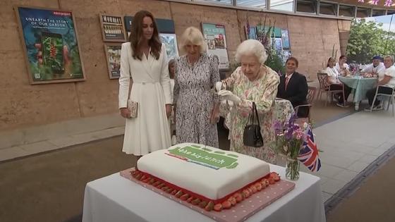 Елизавета II разрезает торт