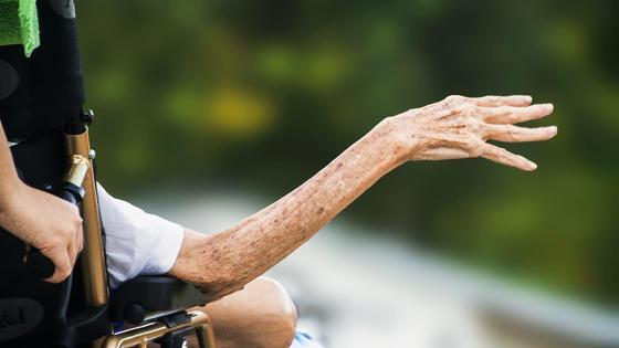 Рука человека в коляске