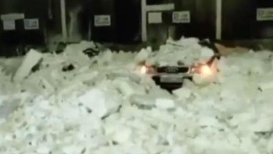 Машины раздавило снегом
