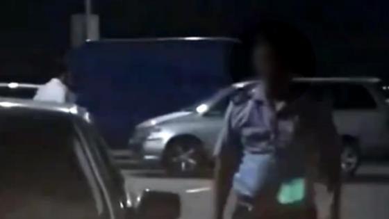 Полицейский идет в сторону камеры