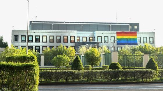 Флаг ЛГБТ на здании посольства США в Нур-Султане
