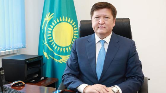 Асхан Байдуалиев за рабочим столом