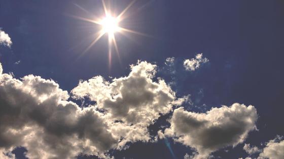 Солнце светит среди облаков