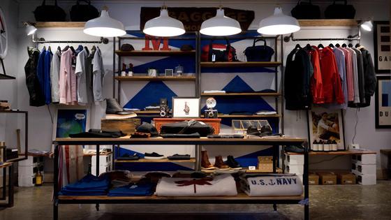 Гардеробная комната с вещами