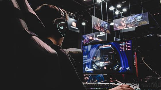 геймер за компьютерной игрой