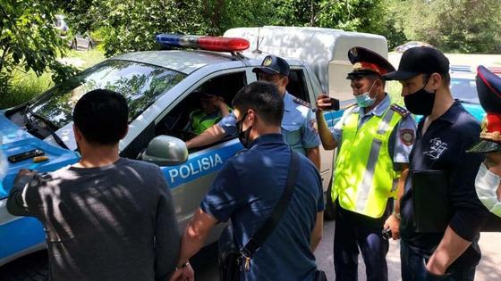 Люди столпились у полицейской машины