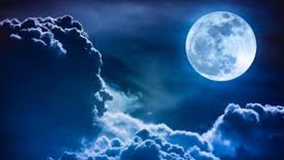 Луна и облака на небе