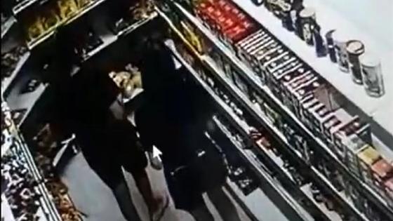 Подозреваемые студентки стоят у полок в продуктовом магазине