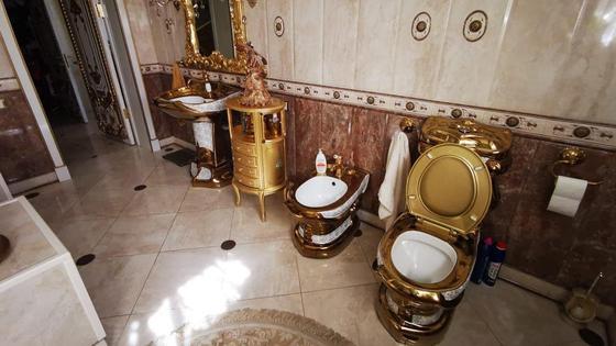 Позолоченный унитаз, биде и другая мебель в ванной комнате главы ставропольского УГИБДД Алексея Сафонова