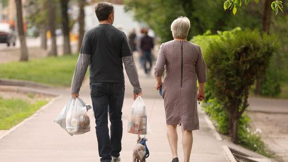 Пара идет по улице