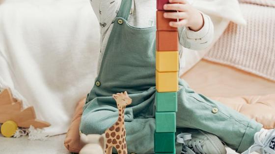 Ребенок собирает кубики