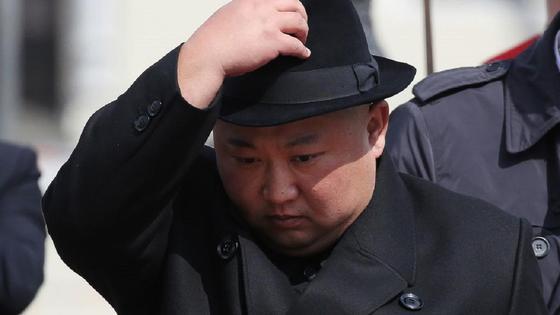 Ким Чен Ын держит черную шляпу