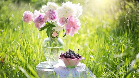 ваза с цветами, вишня в креманке