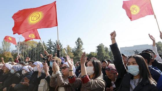 Президент отставкаға кеткен соң, Қырғызстан азаматтық соғысқа бір табан жақындай түсті, дейді сарапшы