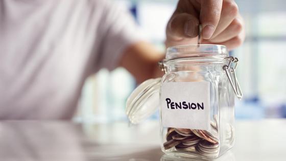 Женщина копит деньги на пенсию