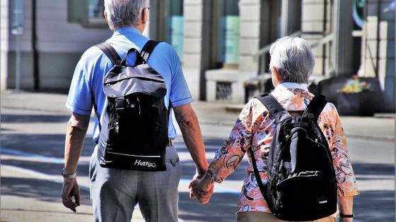 Мужчина и женщина держатся за руки