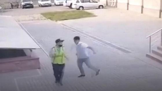 Мужчина наносит удар полицейскому
