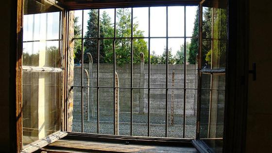 Решетка на окнах тюрьмы