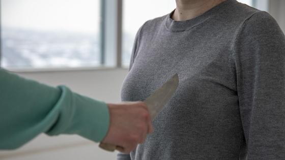 Мужчина держит нож в руке